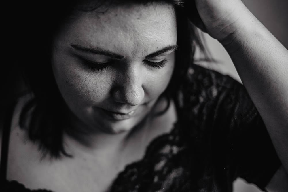 femme ronde - s assument - portrait noir et blanc - photographe pour femmes en eure et loir - 27 - 61