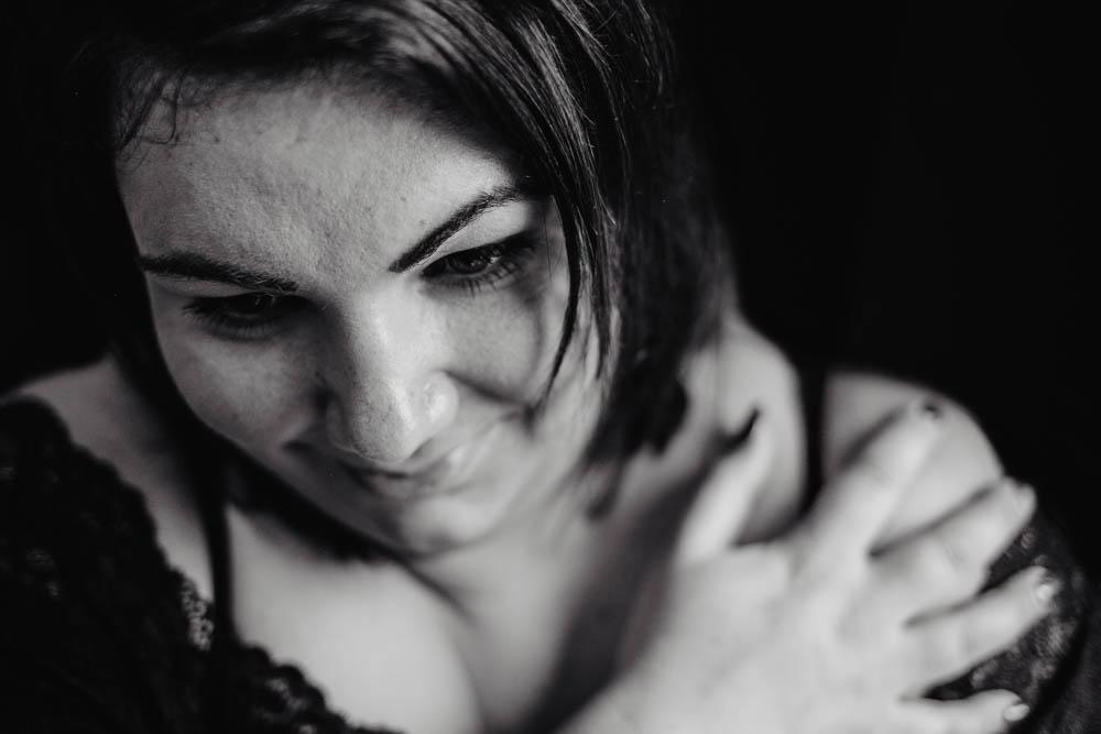 portraits pour femme ronde - photographe eure - noir et blanc - photos de femmes