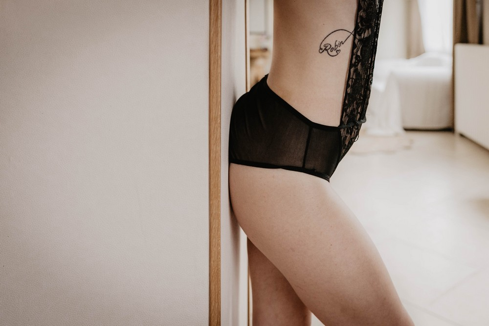 femme en lingerie tatouee - sexy - sensuelle - shooting photo - boudoir intime - pour toutes les femmes