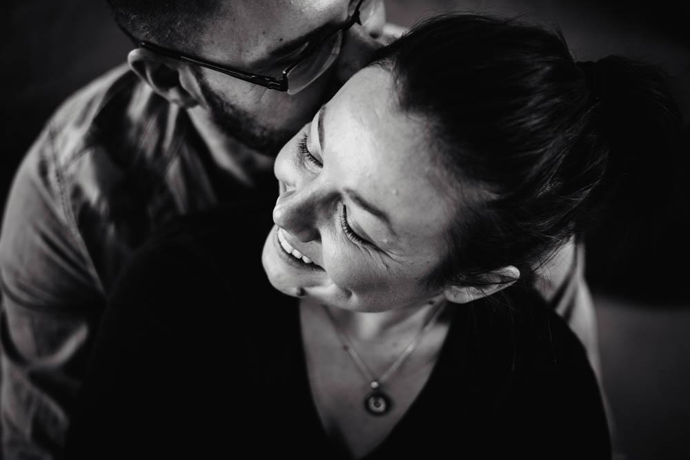complicite - en amoureux - seance photo - noir et blanc - sourire - photographe eure et loir