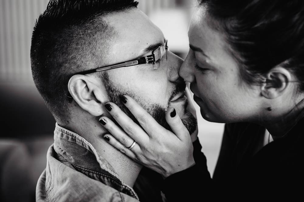 photo noir et blanc - baiser - en amoureux - couple - shooting photo - seance intime - photographe eure et loir
