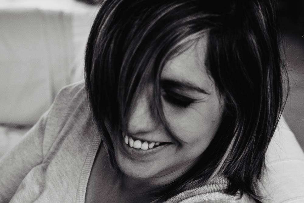 noir et blanc - sourire - femme - photographe verneuil sur avre - shooting photo cocooning - chartres - senonches