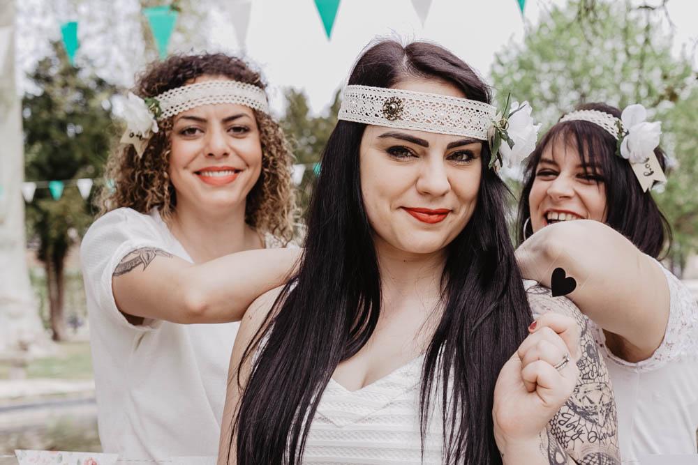 future mariee - temoins de la mariee - entre copines - tatouages - dentelles - brunes - photographe evjf - yvelines