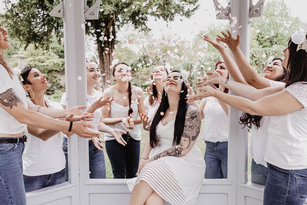 evjf champetre dans les yvelines - confettis roses - lancer de confettis - shooting photo evjf - rambouillet - chartres - eure et loir