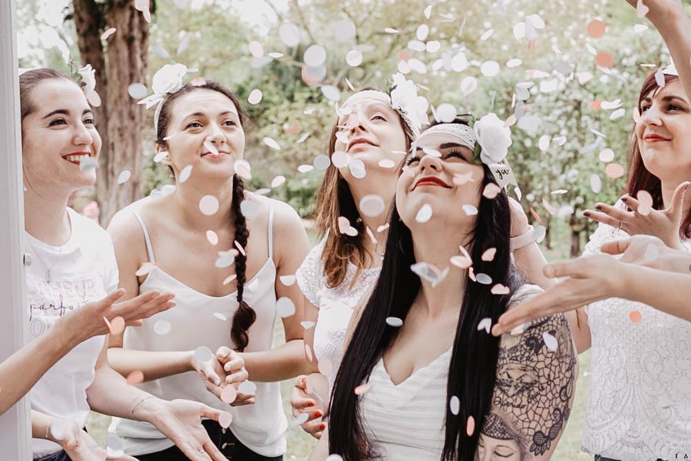 evjf champetre - yvelines - rambouillet - confettis - couronnes dans les cheveux - photographe eure et loir - chartres - fun