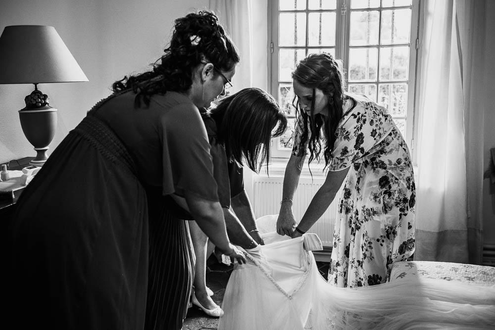 habillage de la mariee - manoir de vacheresses - eure et loir - nogent le roi - maintenon - chartres - photographe pour mariages yvelines