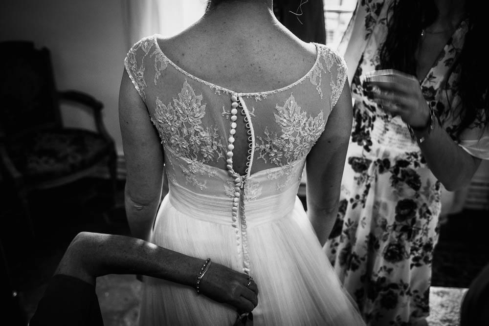 robe champetre - mariee - dentelle - habillage - mariage au manoir de vacheresses