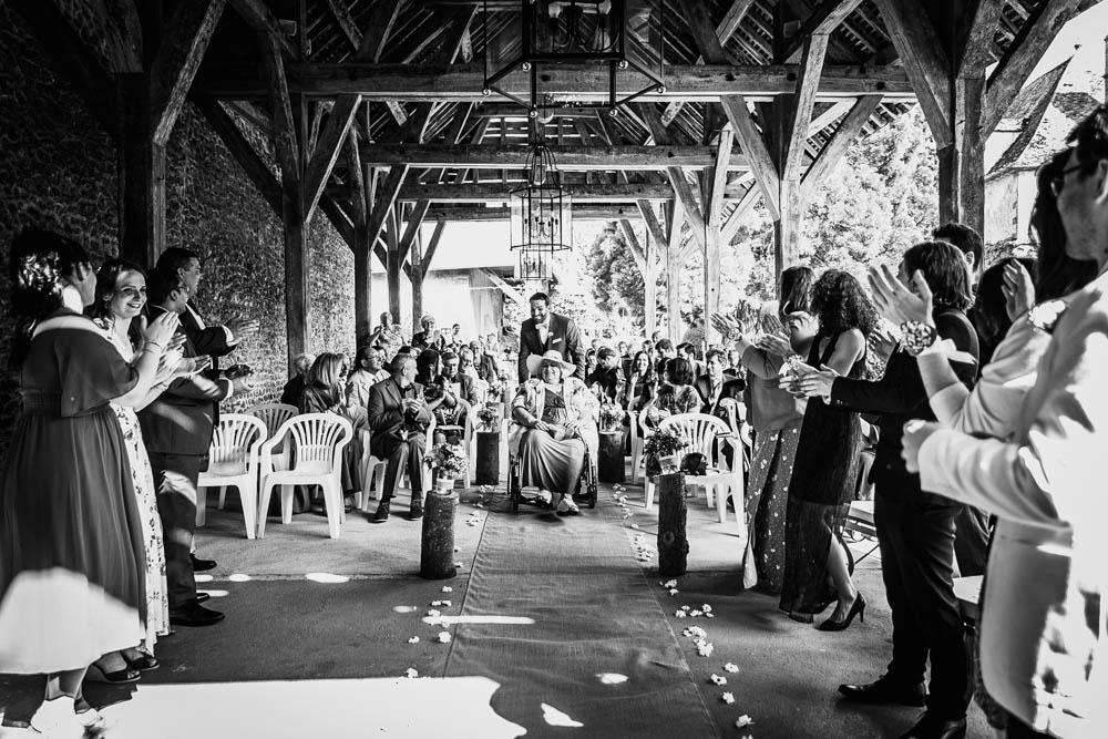 grange du manoir de vacheresses - arrivee du marie avec sa maman - photographe eure et loir pour mariages - noir et blanc