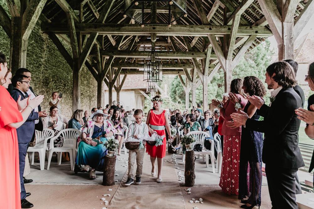 enfants d honneur - ceremonie laique - manoir de vacheresses - grange en bois - photographe 28