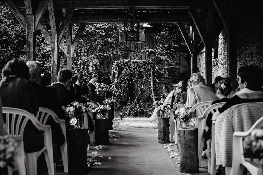 manoir de vacheresses - eure et loir photographe - ceremonie laique - grange - mariage champetre