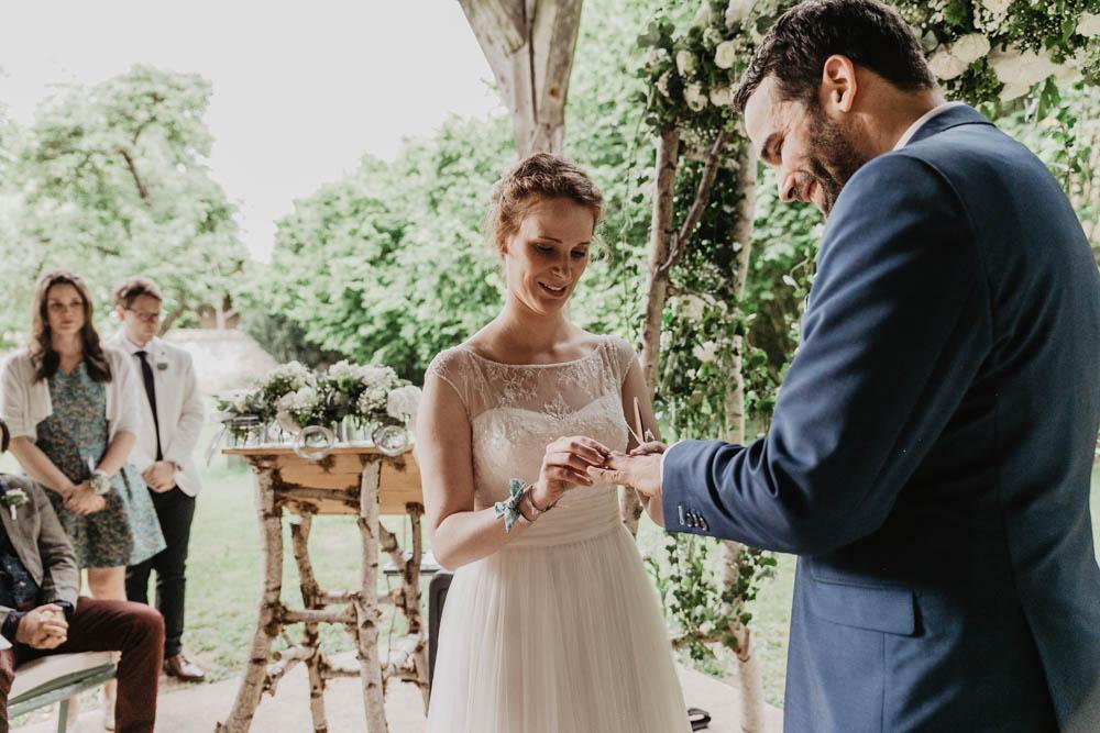 echange des alliances - ceremonie laique - photographe mariages eure et loir - manoir de vacheresses