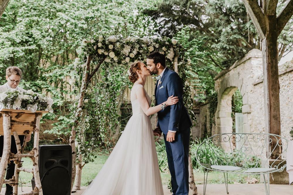 photographe mariage eure et loir - ceremonie laique - decor naturel - champetre - baiser des maries