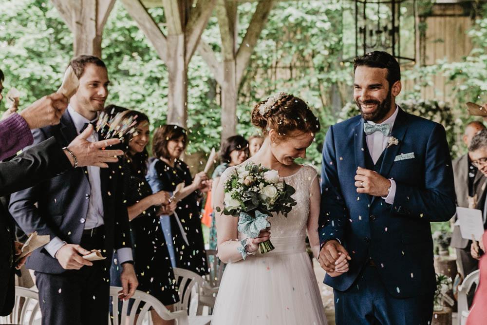confettis - sortie de la ceremonie laique - mariage champetre - photographe de mariages en eure et loir - mariage au manoir de vacheresses