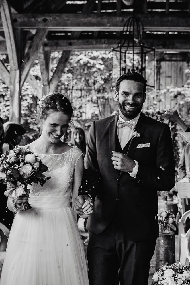 photographe de mariages eure et loir - noir et blanc - confettis - ceremonie laique - champetre - naturelle