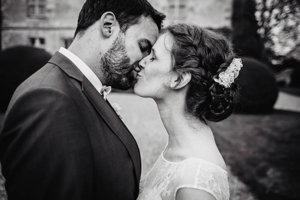 mariage au manoir de vacheresses - noir et blanc - couple de maries - photograpphe eure et loir - mariage champetre