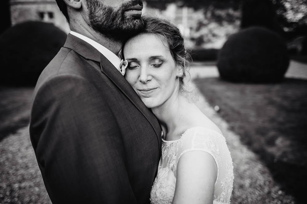 photo noir et blanc - photo de couple de jeunes maries - photographe eure et loir - mariage au manoir de vacheresses - amour - bonheur - naturel