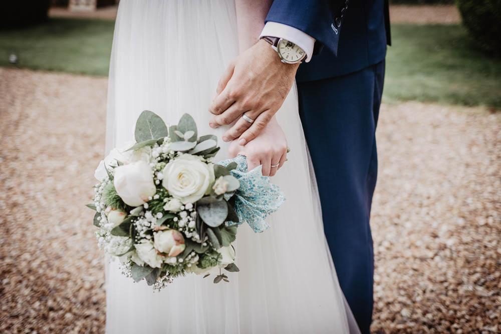 bouquet de la mariee - allainces - photos de couple - photographe mariage eure et loir - yvelines - perche - orne