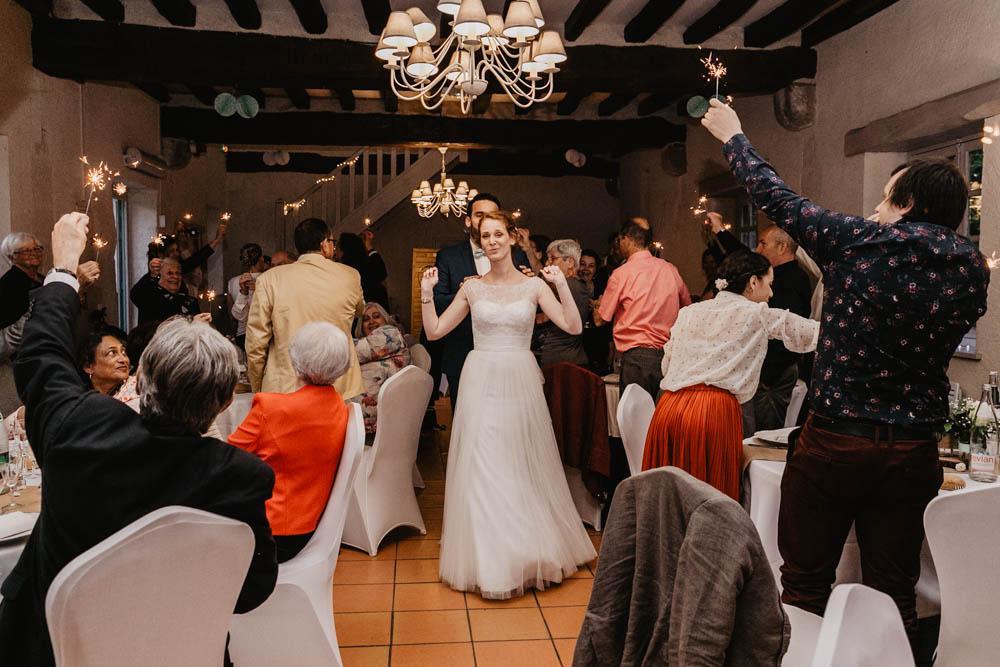 manoir de vacheresses - entree des maries festive - feux de bingalle - eure et loir - photographe mariage