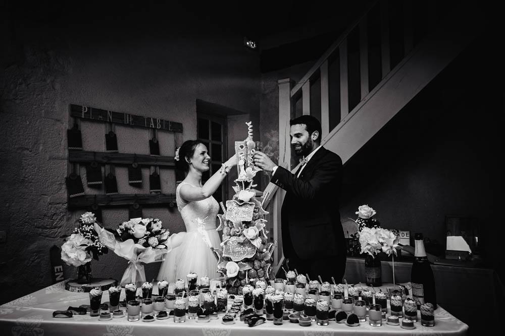 photographe eure et loir - piece montee - champagne - manoir de vacheresses - noir et blanc - arrivee du dessert