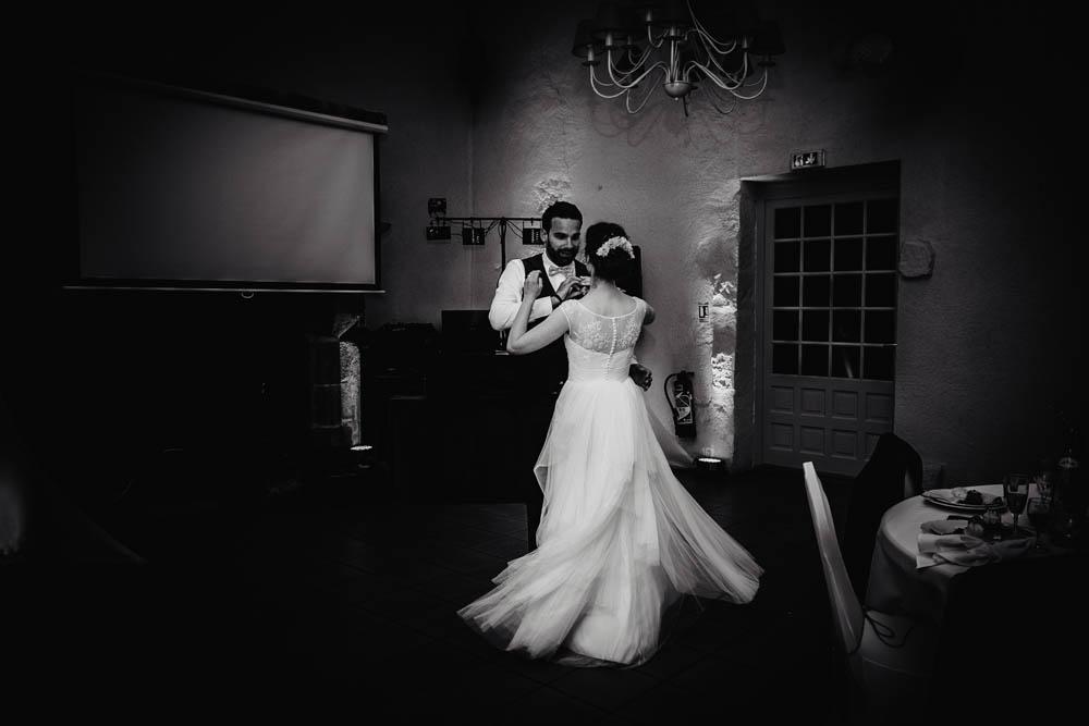 premiere danse - maries - valse - mariage au manoir de vacheresses - photographe eure et loir - noir et blanc