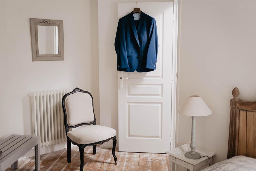 preparatifs du marie - clos saint laurent - eure et loir - costume du marie - samson - bleu marine - photographe mariage