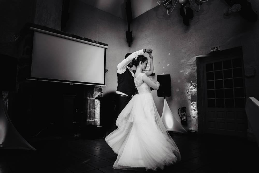 first dance - mariage au manoir de vacheresses - valse - noir et blanc - photographe en eure et loir - yvelines - chartres