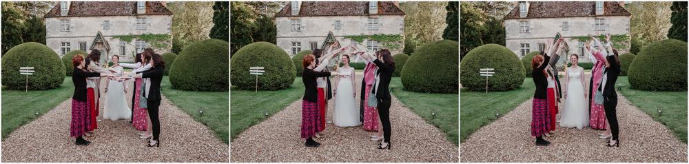 idees pour photos de groupes - amies - temoins de la mariee - manoir de vacheresses - photographe mariage en eure et loir