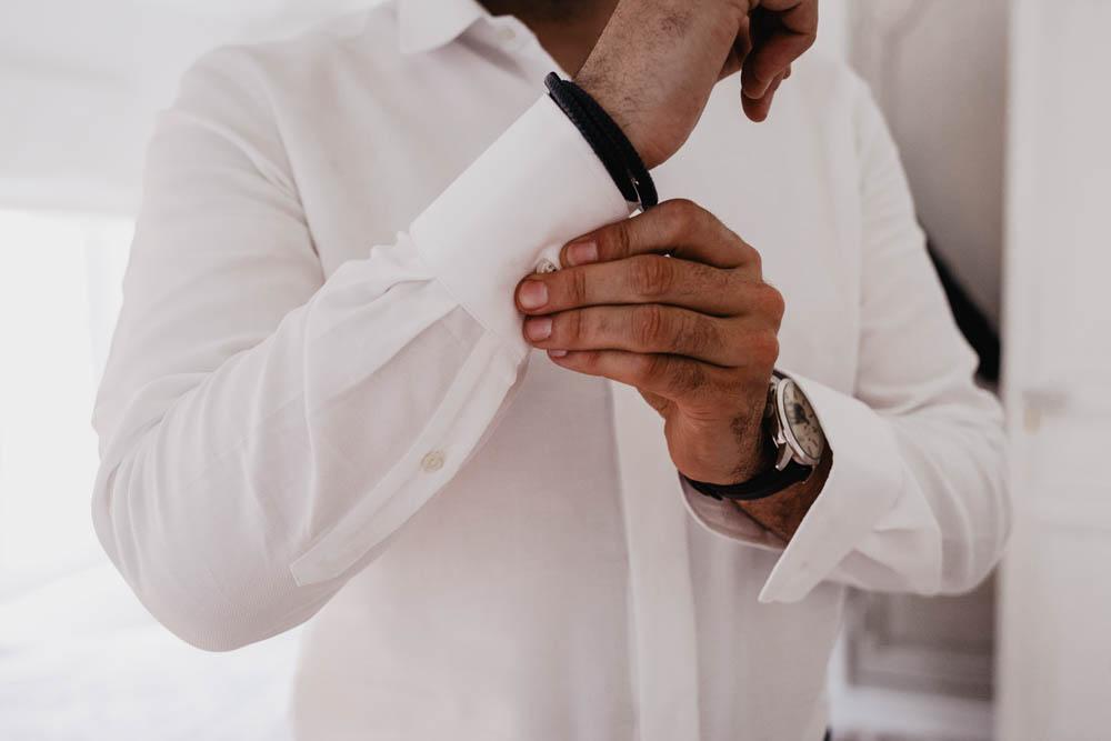 chemise du marie - habillage du marie - preparatifs du marie - gite - clos st laurent - 28 - photographe