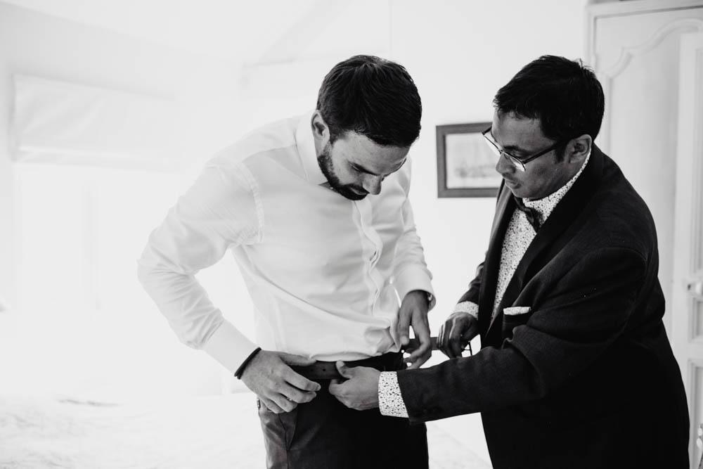 photo en noir et blanc - mariage champetre - marie avec son temoin - habillage - photographe eure et loir