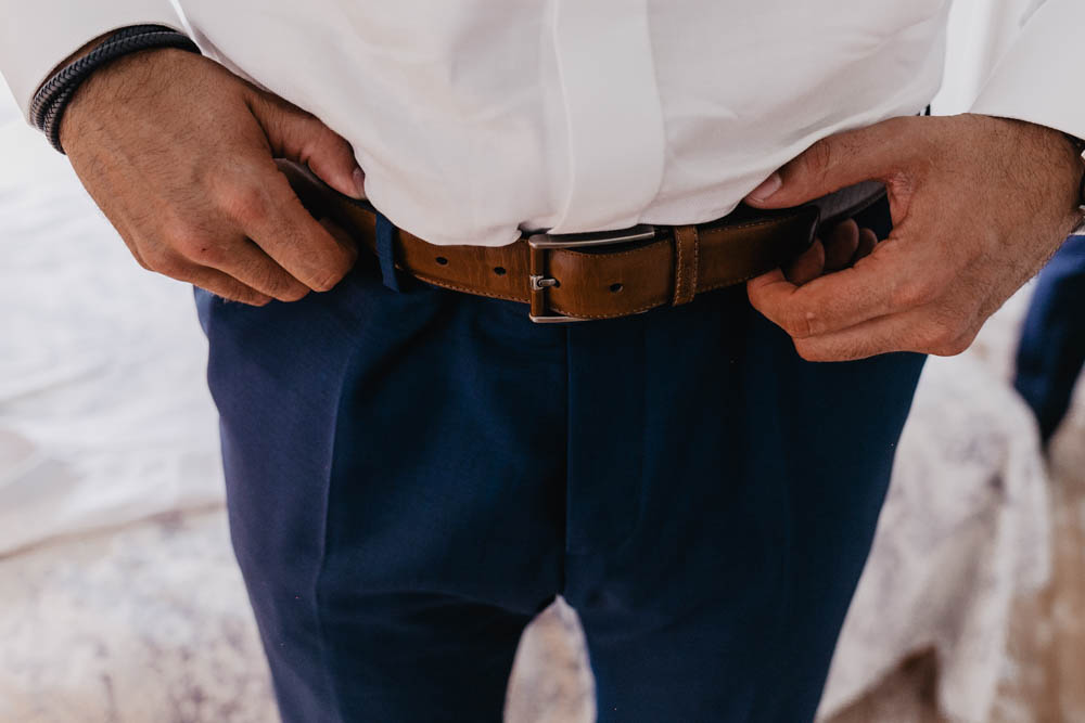 clos saint laurent - habillage du marie - photographe 28 - yvelines - rambouillet - ceinture finsbury