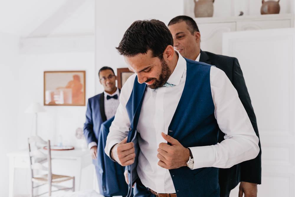 costume du marie - preparatifs - costume bleu - temoins - chambre - photographe de mariage