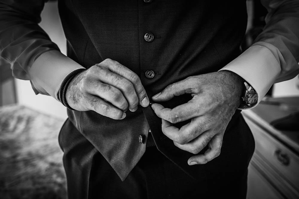 photographe mariage - gilet de costume - marie - preparation du marie - noir et blanc