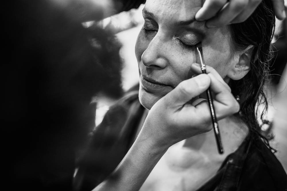 photo noir et blanc - maquillage des paupieres - preparatifs de la mariee - photographe mariage verneuil sur avre