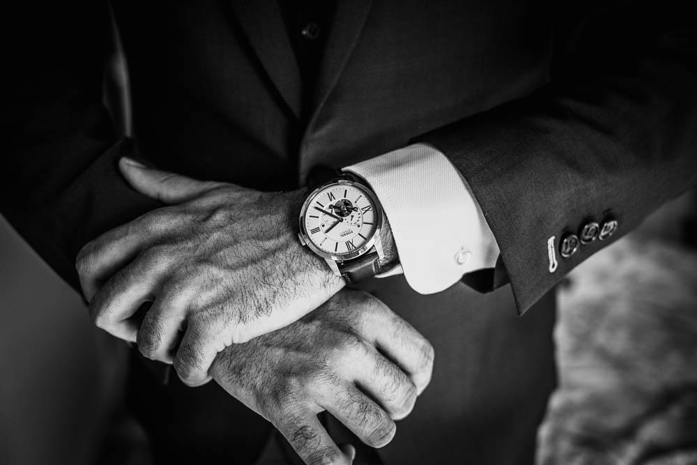 montre du marie - costume - preparatif - habillage - noir et blanc - mariage - photographe - eure et loir