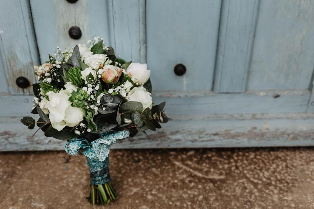 bouquet de la mariee - liberty bleu colonel moutarde - photographe de mariages champetres - roses blanches - eure et loir
