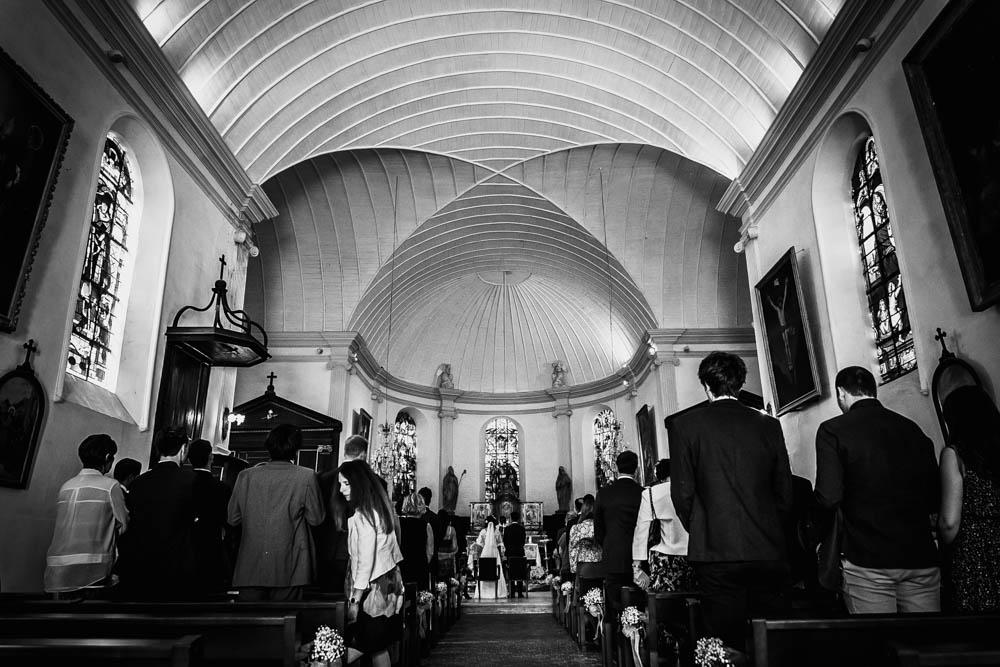 photo en noir et blanc - mariage religieux - eglise st nicolas a la ferte vidame - eure et loir - photographe verneuil sur avre - chartres - evreux