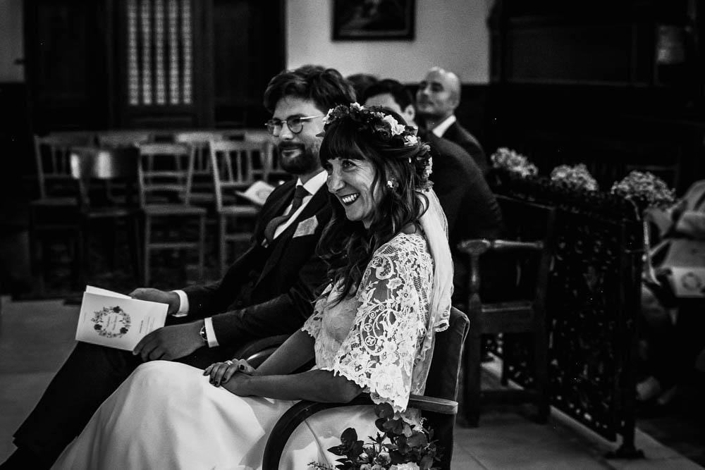 noir&blanc - mariee souriante - eglise de la ferte vidame - religieux - mariage boheme - photographe chartres - verneuil sur avre
