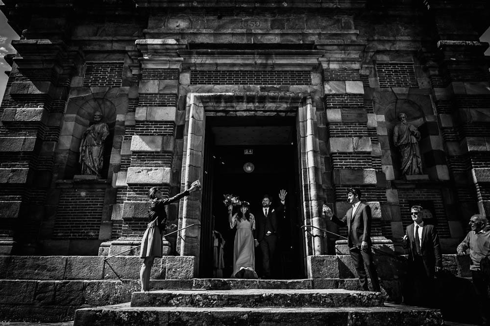 sortie d eglise - bulles de savon - noir et blanc - mariage religieux - photographe eure et loir - verneuil sur avre - perche - chartres