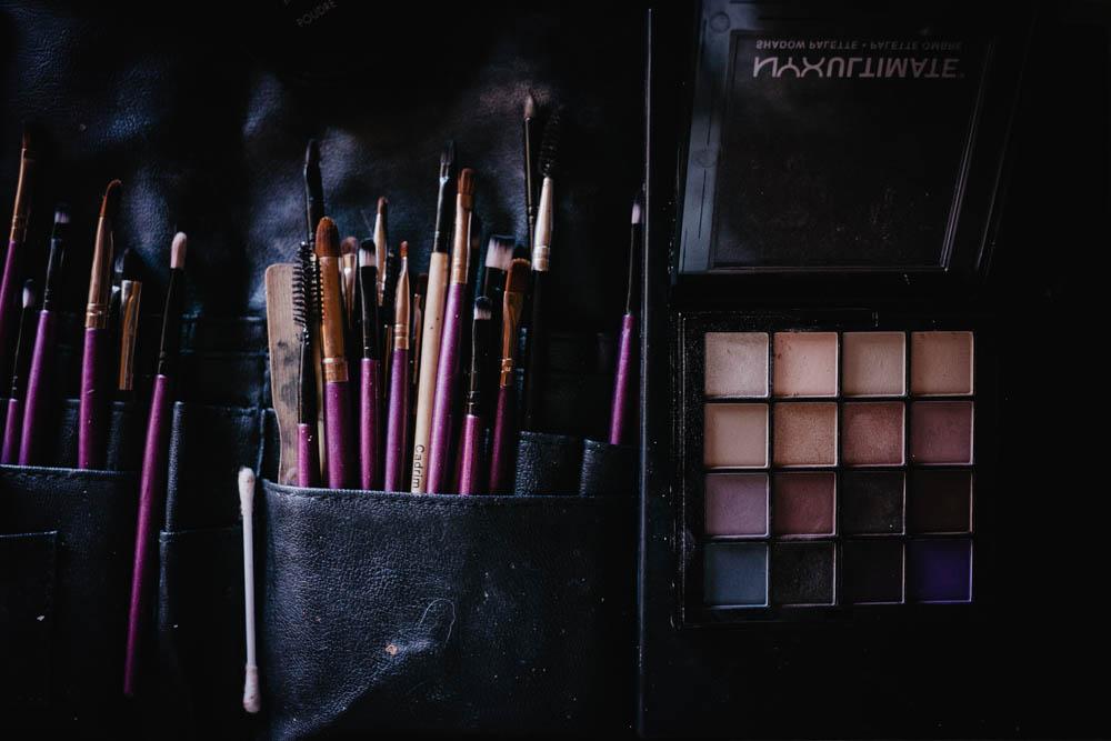 maquillage - pinceaux - fards a paupieres - photographe mariage - domaine des evis - mariage boheme - preparatifs de la mariee