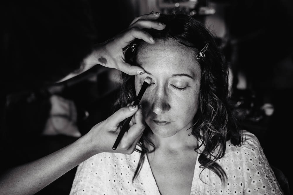 maquillage de la mariee - preparatifs - noir et blanc - mariage au domaine des evis - photographe eure et loir - chartres - verneuil sur avre - evreux - perche