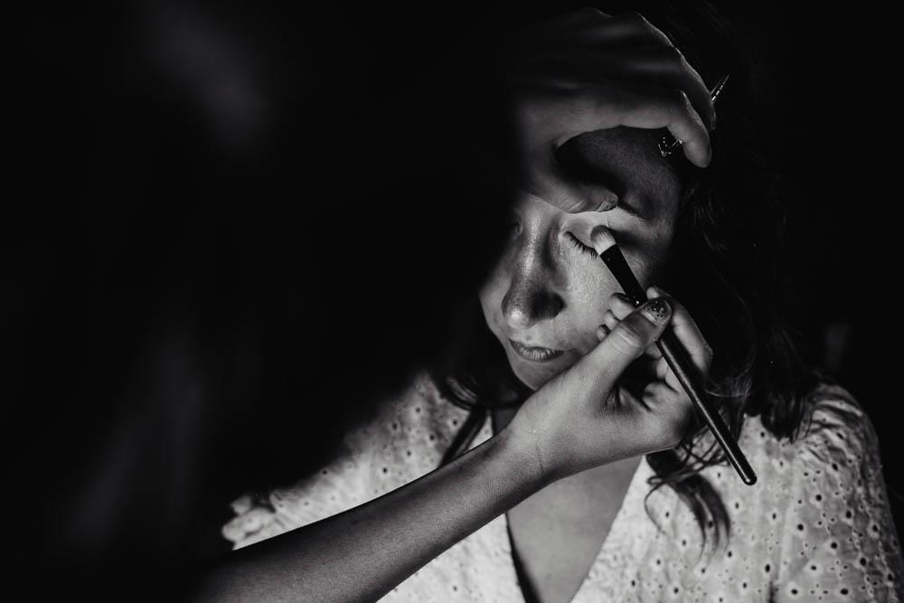 photo noir et blanc - boheme chic - preparatifs des maries - maquillage - mariee - photographe verneuil sur avre - chartres - evreux