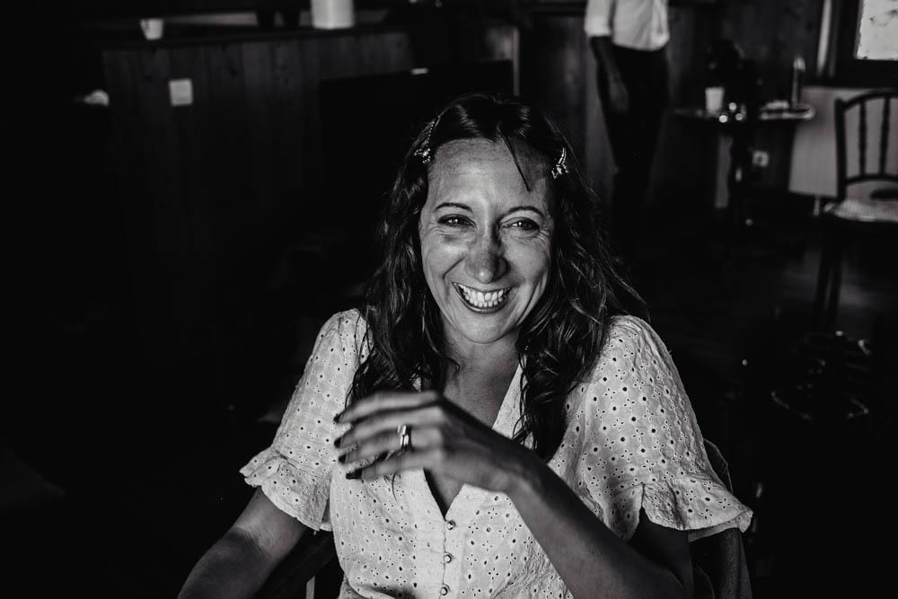 photo noir&blanc - rire - preparatifs de la mariee - moment de detente - photographe mariage - domaine des evis - verneuil sur avre - chartres - evreux