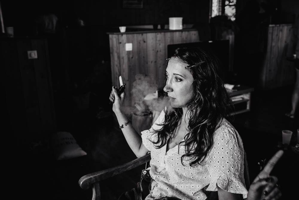 domaine des evis - cigarette electronique - detente - preparatifs - fun - photographe mariage - photo en noir et blanc