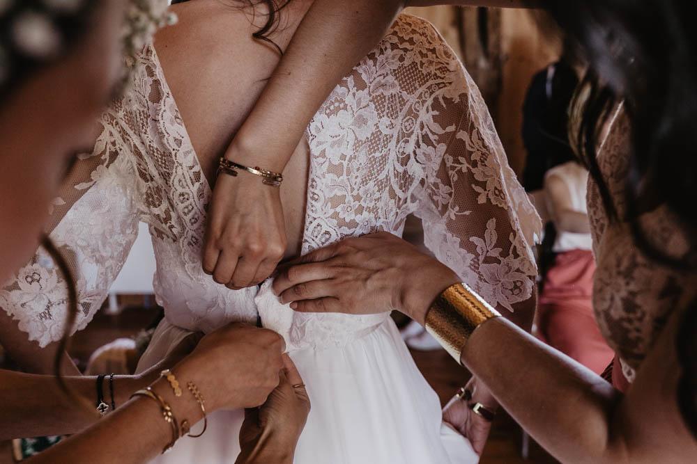 habillage de la mariee - dentelle - temoins - preparatifs - photographe dans le perche - eure et loir - orne - verneuil sur avre - evreux - chartres