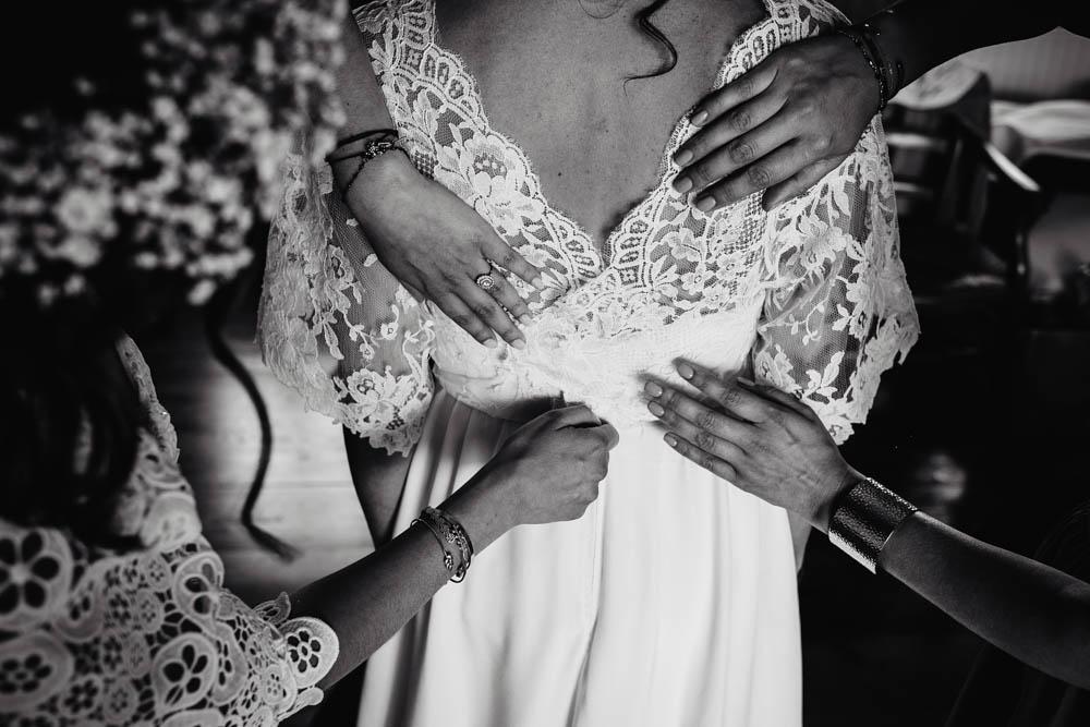 dentelles - robe de la mariee boheme chic - champetre - noir et blanc - preparatifs - habillage de la mariee - photographe - domaine des evis - eure et loir - perche - orne