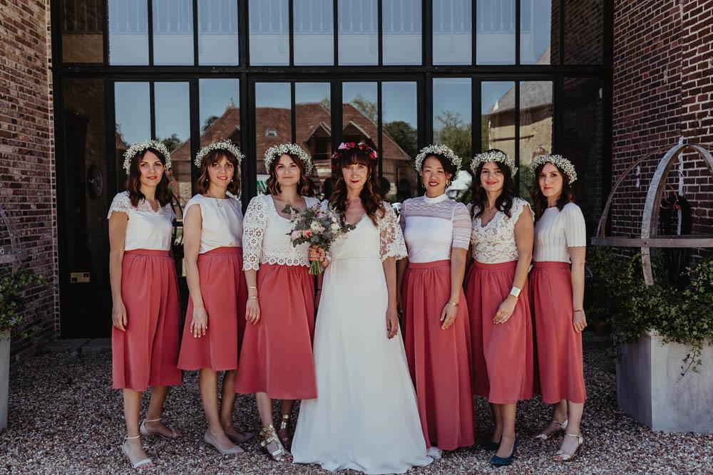 photo de groupes - la mariee et ses temoins - domaine des evis - dress code - couronnes de fleurs - champetre - boheme chic - photographe verneuil sur avre - eure et loir