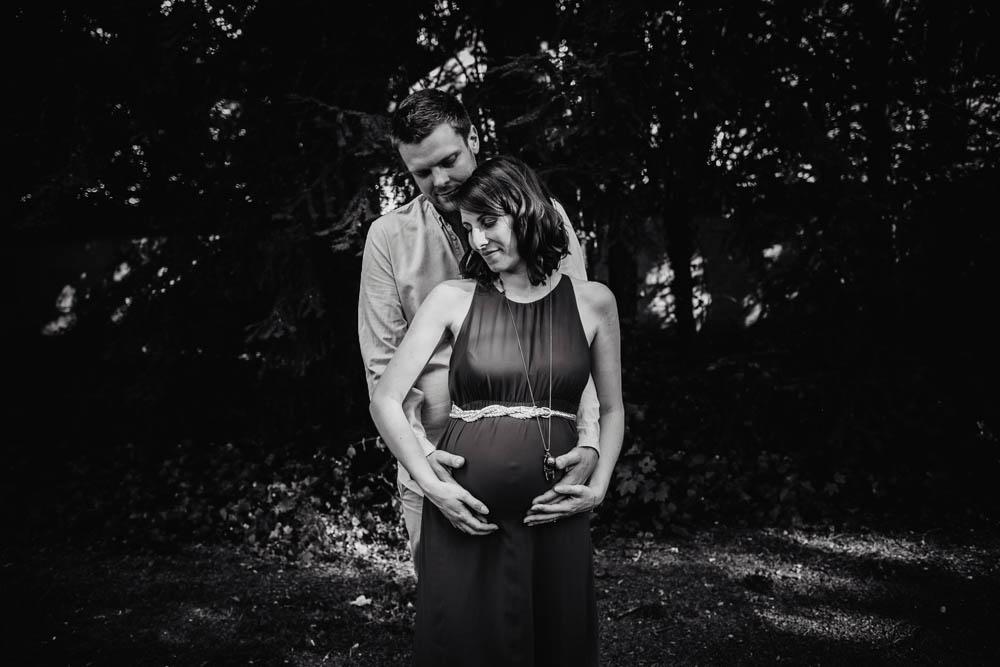 maternite - enceinte - noir et blanc - photographe grossesse eure et loir - en exterieur - chartres