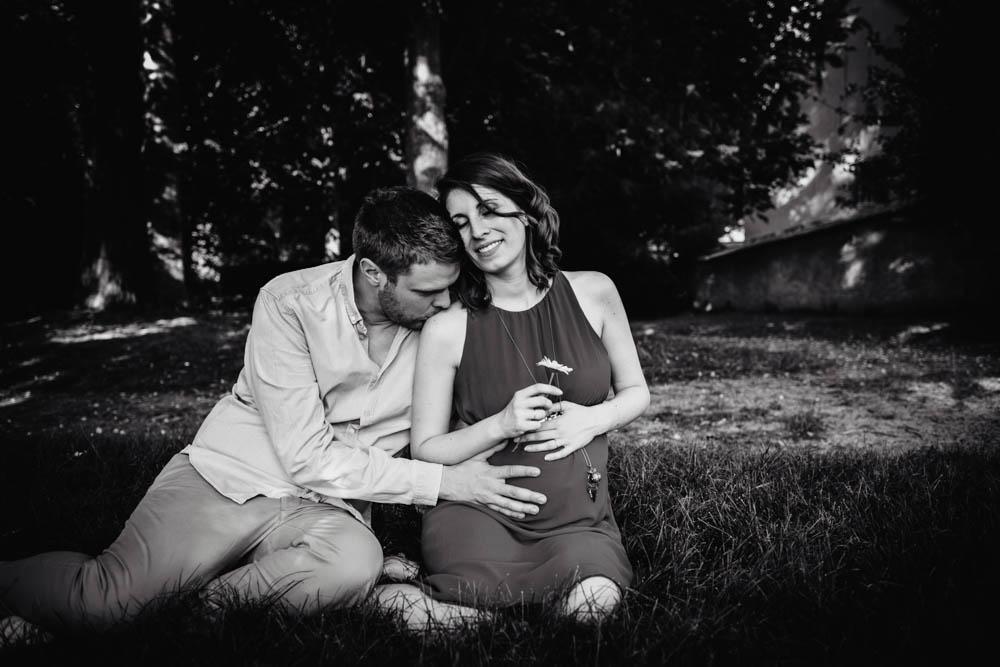 seance photo grossesse - photo en noir et blanc - amoureux - couple - futurs parents - photographe chartres - grossesse - lifestyle - exterieur - naturel