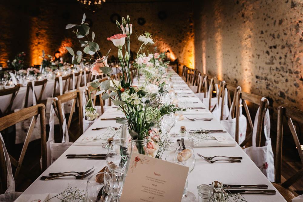 decoration des tables - lumieres oranges - salle de receptions pour mariages - perche - photographe eure et loir - evreux - verneuil sur avre - chartres - chaises en bois - style champetre - domaine des evis