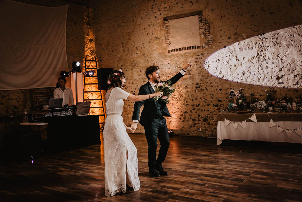 salle de soiree - arrivee des maries - entree - photographe eure et loir - domaine des evis - jeu de lumieres - perche - chartres - verneuil sur avre - ambiance